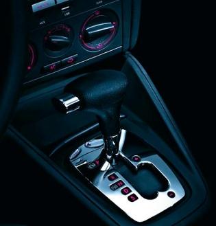 Obsérvese como el cambio incorpora la posición S (Sequential) y el carril para el cambio manual de marcha.